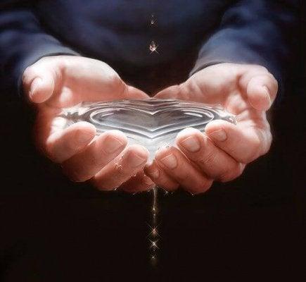 Руки с водой и тремор