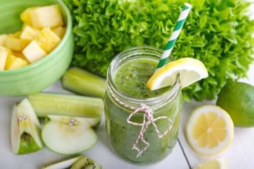 Избавьтесь от живота: сок из сельдерея, ананаса, огурца, имбиря и лимона