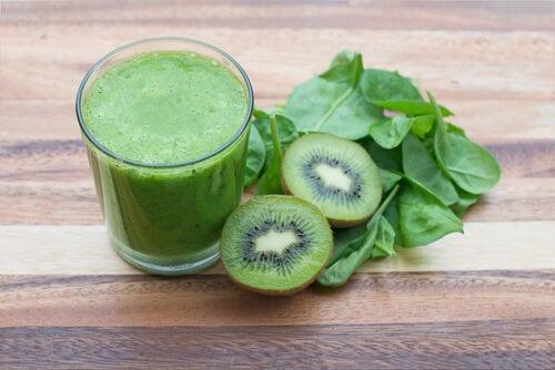 Зеленый коктейль из киви и шпината снизит давление