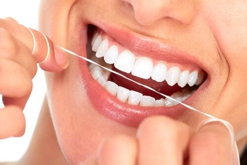 Зубная нить защитит твои зубы от кариеса