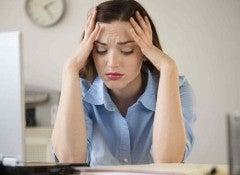 Женщина испытывает стресс