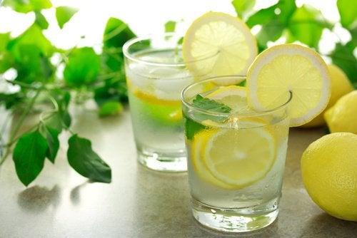 Теплая вода с лимоном помогает похудеть
