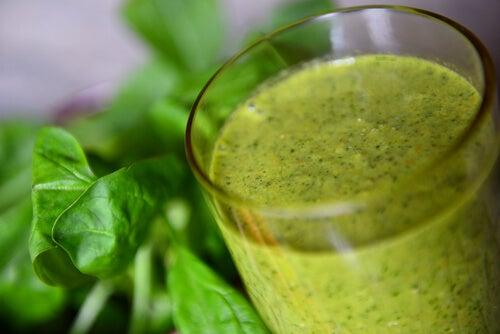 Зеленый коктейль поможет победить запор