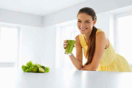 Девушка и зеленый коктейль