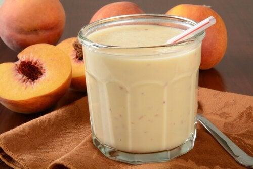 Персиковый коктейль с йогуртом