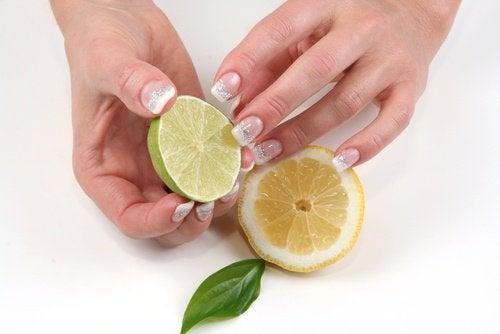 Лимон укрепляет и отбеливает ногти