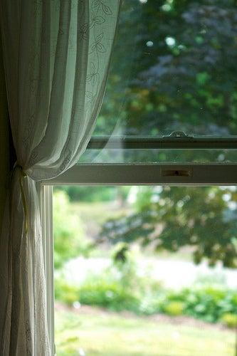 Открытое окно и дом