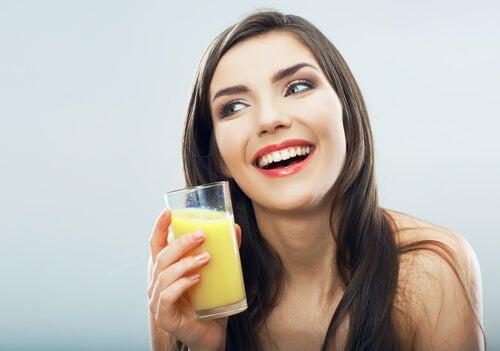 Пить ананасовую воду