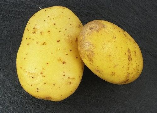 Картофель уберет синяки под глазами