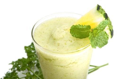 Вздутие живота и сок из ананаса и огурца