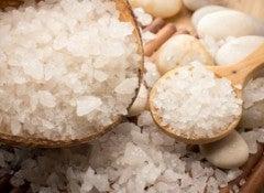 Самая обычная соль может стать незаменимым косметическим средством, если знать, как ее использовать