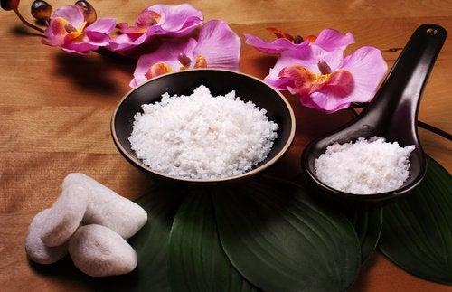 Используй соль для ванны для расслабления в конце тяжелой недели