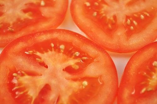 Как уменьшить варикоз при помощи зеленых и красных томатов?