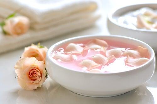 Розовая вода увлажнит лицо