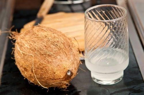 Почему полезно пить натуральную кокосовую воду?