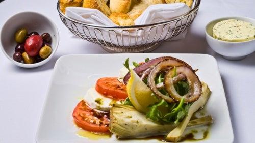 Салат из артишока и рукколы