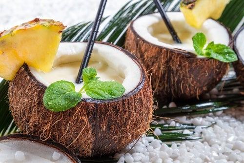 Сок кокоса и ананаса