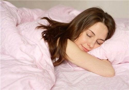 Женщина спит и видит сон