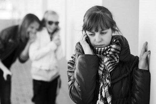 Депрессия у подростков часто приводит к разрыву со старыми друзьями