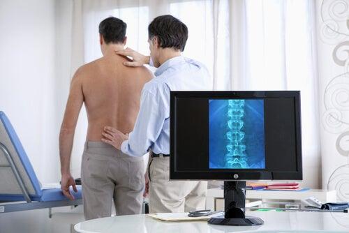 Грыжа межпозвоночных дисков вызывает сильную боль в спине
