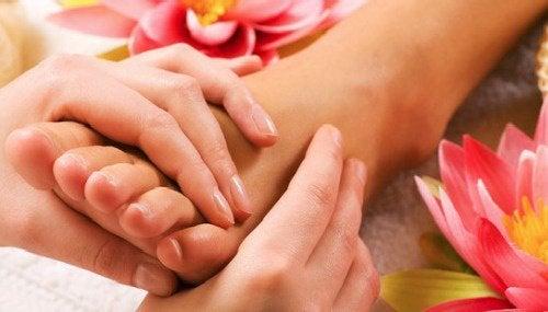 Вы знали, насколько полезен массаж ног перед сном?