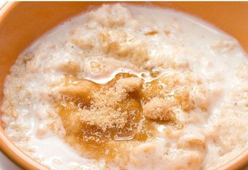 Скраб с овсянкой и сахаром помогает глубоко очистить кожу и избавиться от всех проявлений акне