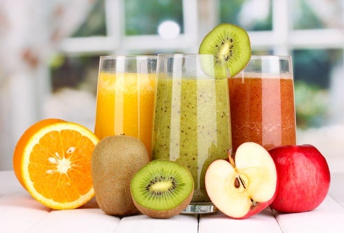 Фруктовые и овощные соки особенно полезно пить натощак, потому что они дарят нашему организму запас энергии и легкости