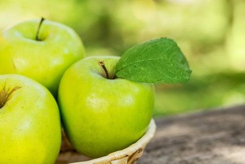 Яблоки снижают уровень холестерина в крови и регулируют давление
