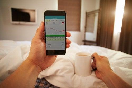 Мобильный телефон в кровати