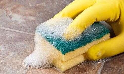 Уборка не мешает укрепить ногти