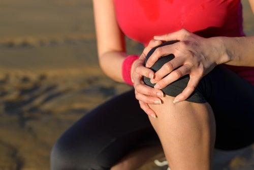 Артрит вызывает воспаление и боль