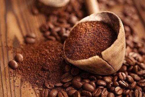 Уход за кожей вокруг глаз и кофейное масло
