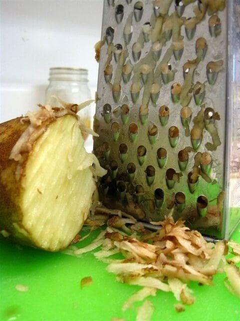 Картофель поможет удалить загрязнения на терке от других продуктов