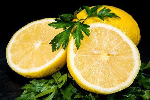 Пятна на коже и лимон и петрушка