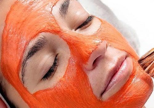 Наноси маску из тыквы на тщательно очищенное от загрязнений и остатков макияжа лицо.