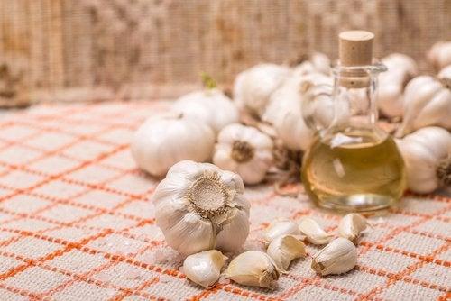 Крем из чеснока и масла уберет натоптыши