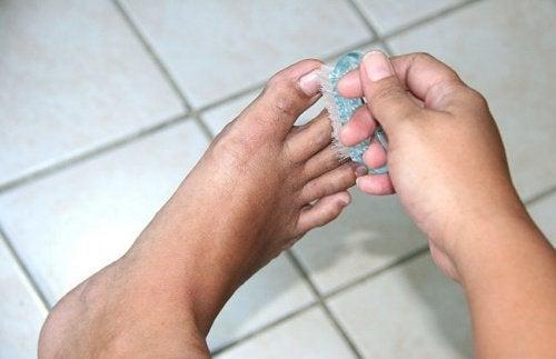 10 натуральных средств, которые избавят ваши ноги от неприятного запаха