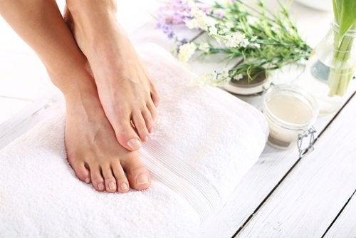 Сухая кожа стоп: 5 натуральных средств, которые помогут восстановить ее
