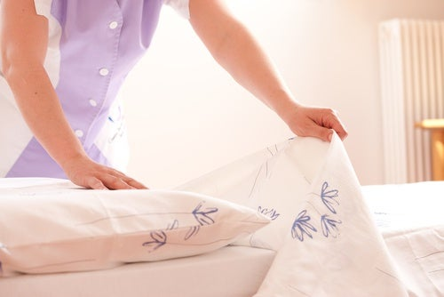 Очищение кровати и дезинфекция