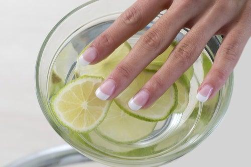 Отбеливание ногтей и лимон
