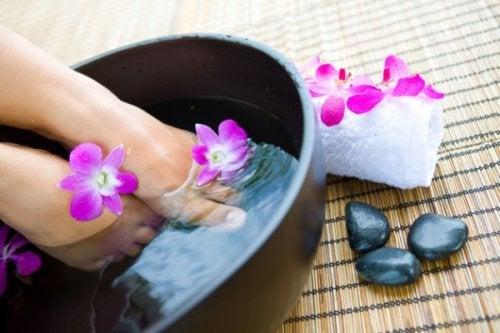 Соль и вода поможет снять усталость ног