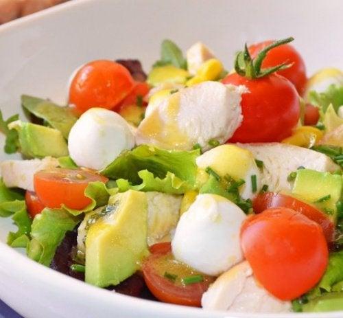 Салат из авокадо и индейки