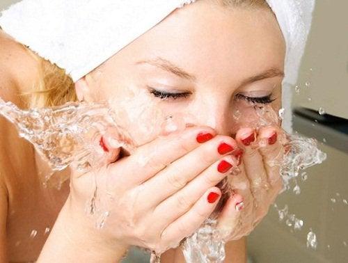 Холодная вода снимет следы усталости на лице