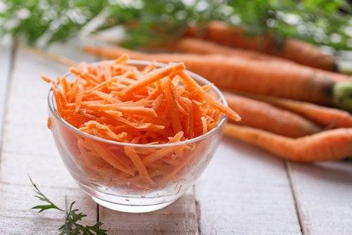 Пятна на коже помогут убрать йогурт и морковь