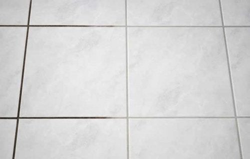 Чистите плитку, чтобы поддерживать ванную в чистоте и порядке