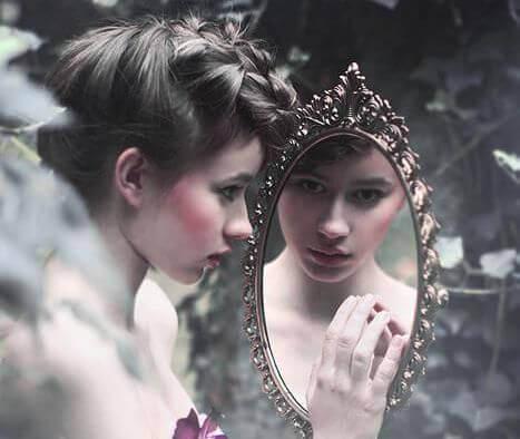 Девушка перед зеркалом и заниженная самооценка