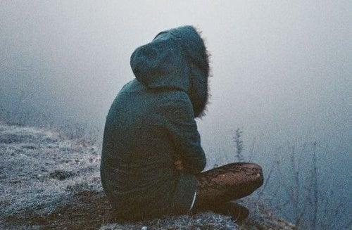 Девушка в одиночестве и низкая самооценка