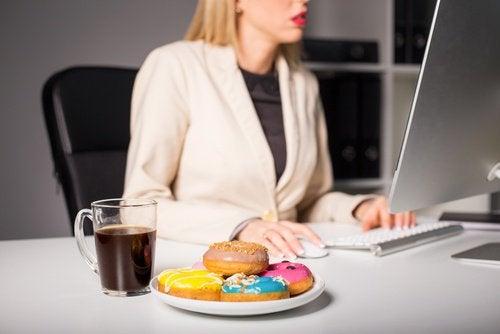 Еда во время работы вызывает мигрень