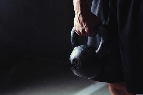 Упражнение с гирей