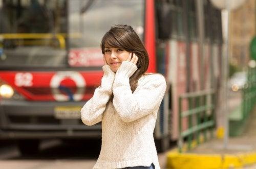 Громкие звуки и яркий свет могут вызвать мигрень